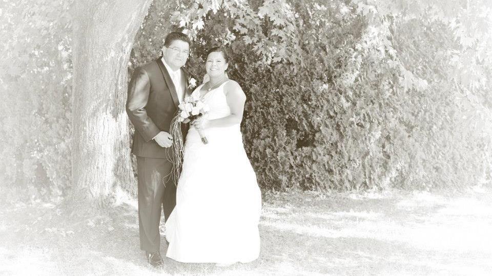 Un couple le jour de leur mariage.