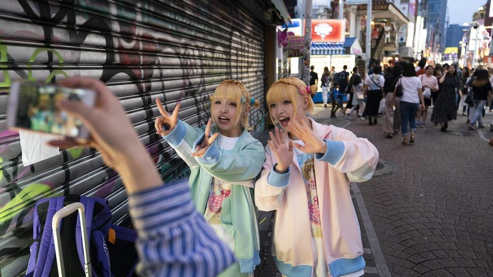 Deux jeunes Japonaises dans le quartier Harajuku de Tokyo.