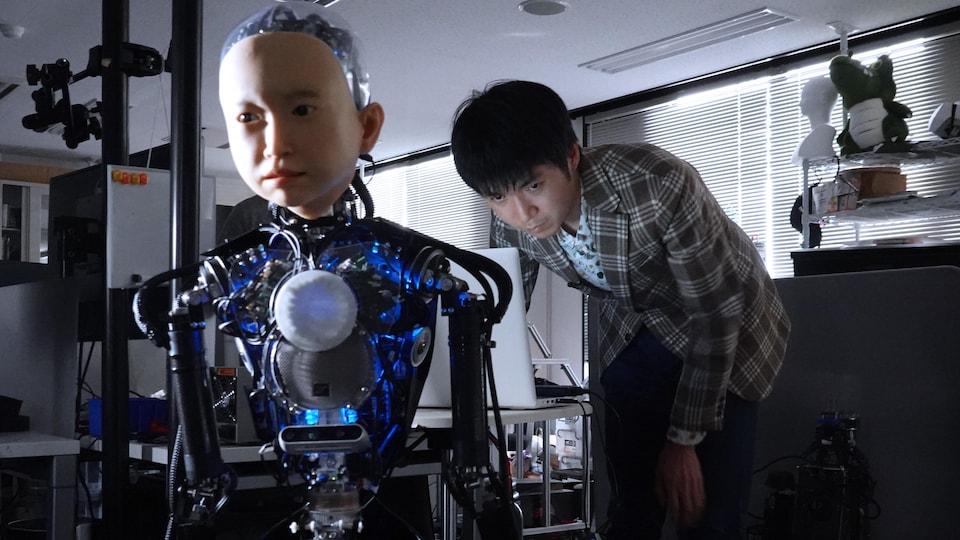 L'ingénieur Yoshihiro Nakata et Ibuki dans le laboratoire.