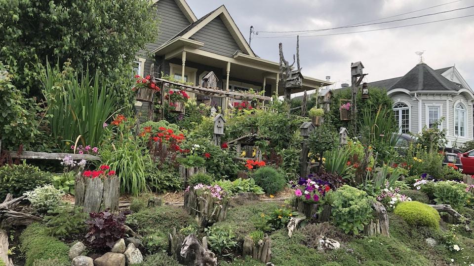 Un aménagement paysager situé devant une maison.