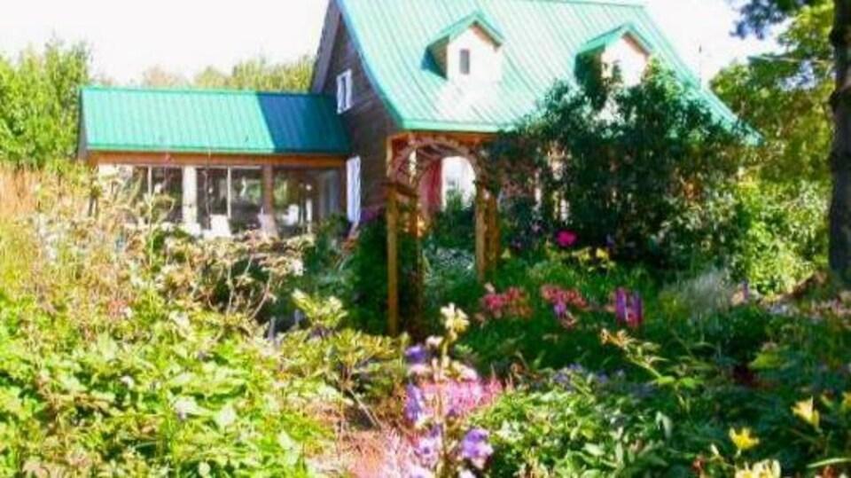 Des jardins devant une résidence.