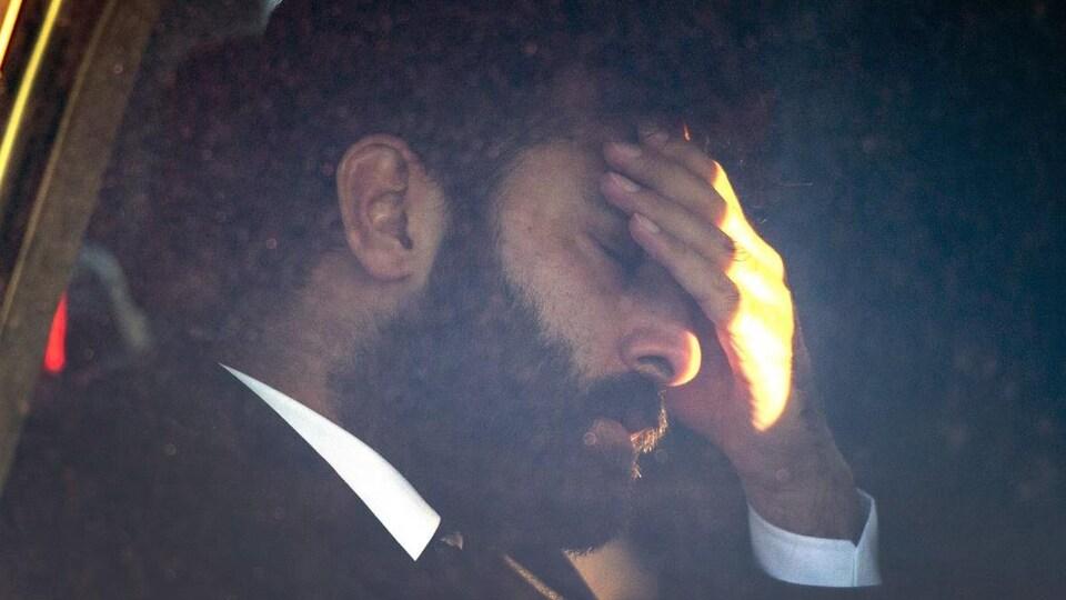 Jaskirat Singh Sidhu dans une voiture, sa main posée sur son front, les yeux fermés.