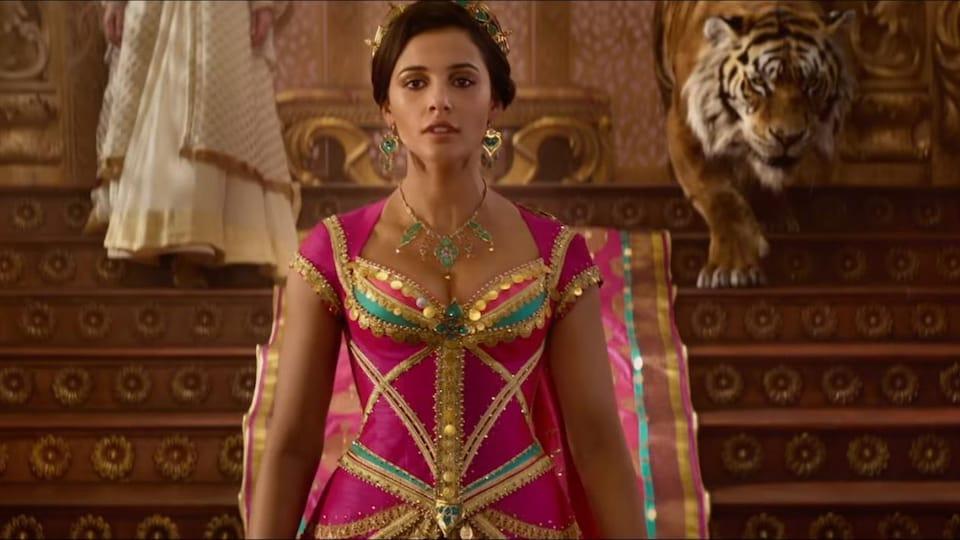 La princesse Jasmine descend les marches du palais avec son tigre.