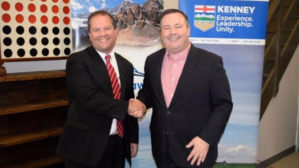 Jeff Callaway et Jason Kenney, souriants, se serrant la main.
