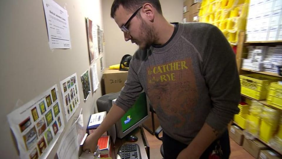 Jason Mercredi prépare une boîte pour des échanges de seringues au bureau actuel de l'organisme.
