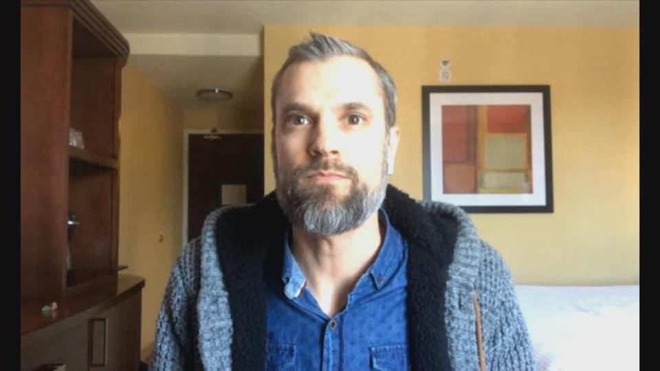 Jason Ouellette en conversation skype, face à l'écran.
