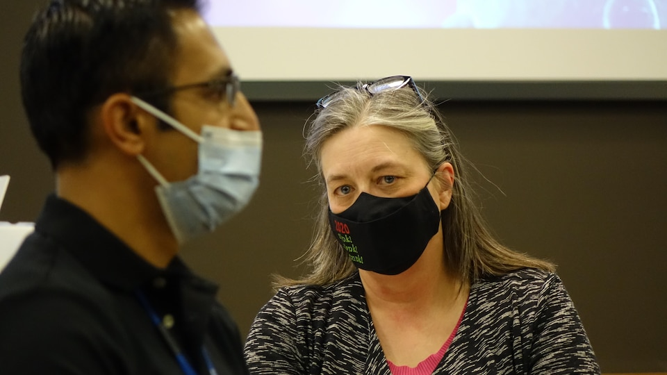 Le médecin Jatin Morkar et la médecin hygiéniste en chef de Terre-Neuve-et-Labrador, Janice Fitzgerald.