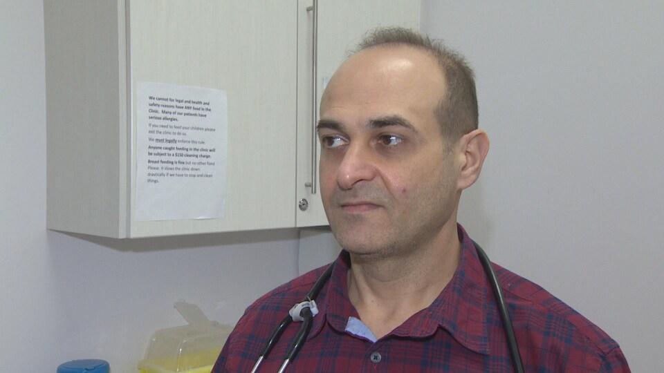 Un homme avec un stéthoscope sur les épaules.