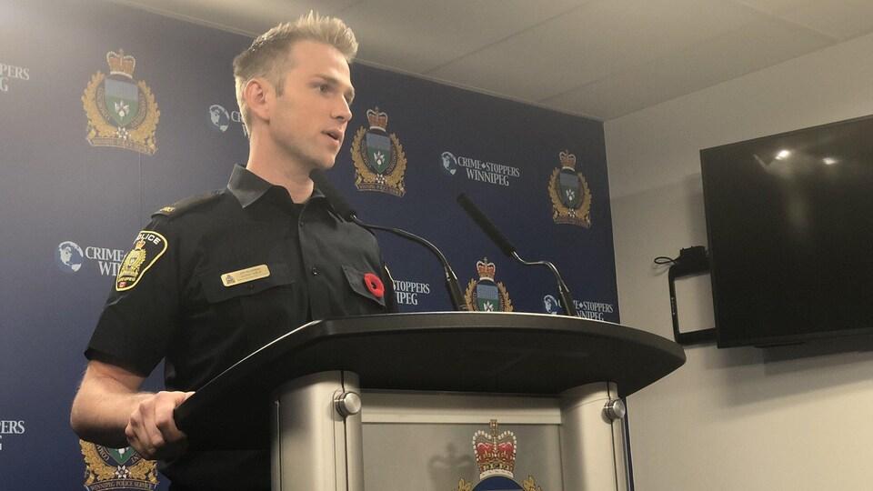 Un agent de police en conférence de presse.
