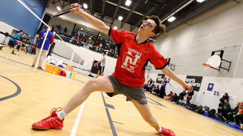 Un joueur de badminton.