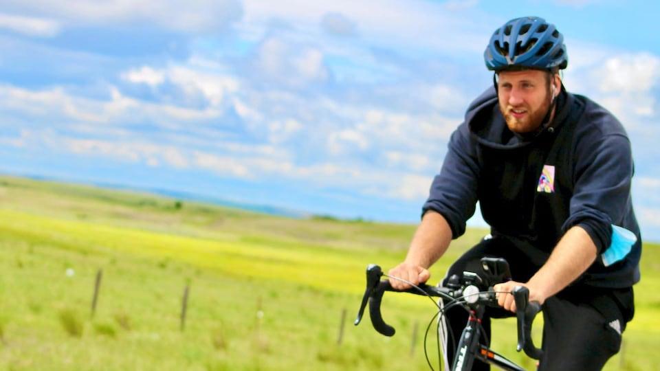 Un jeune homme à vélo.