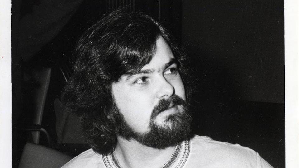 Une photo en noir et blanc de l'auteur dramatique Jean Barbeau.