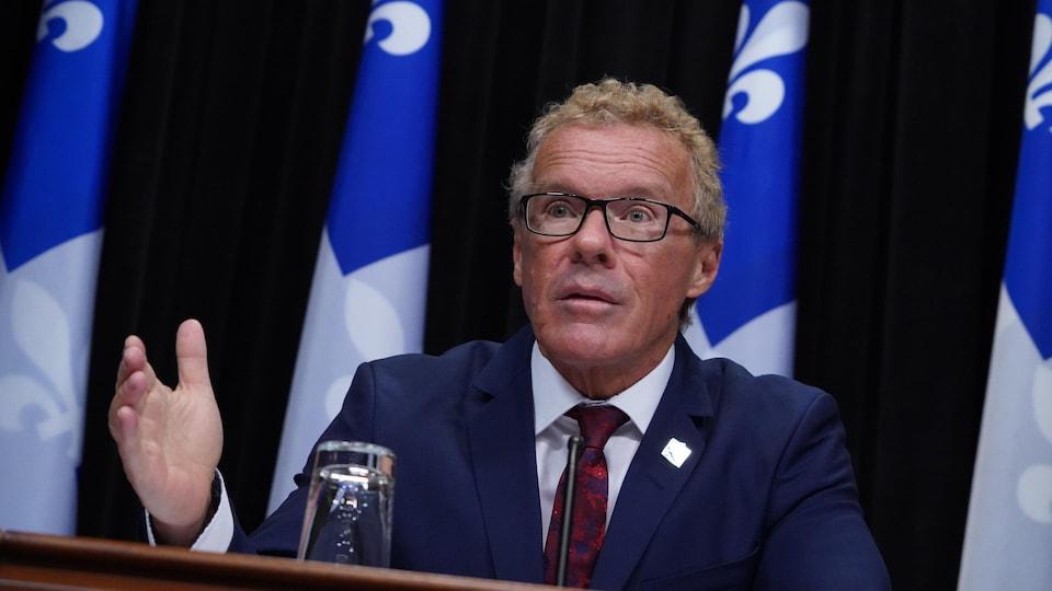 Le ministre Jean Boulet en conférence de presse.
