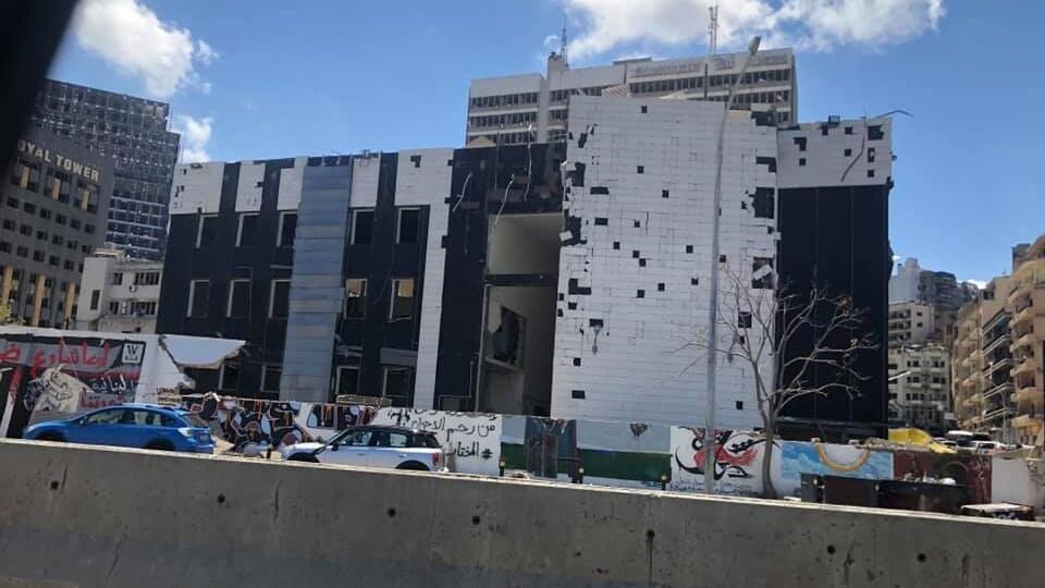 Un immeuble dont les murs sont troués.