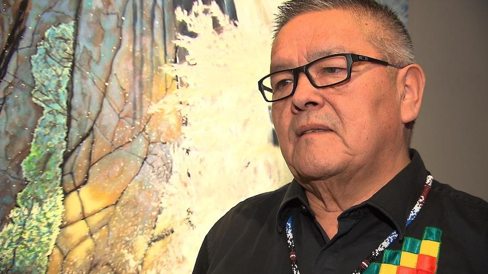 Jean-Charles Piétacho s'adresse à un journaliste.
