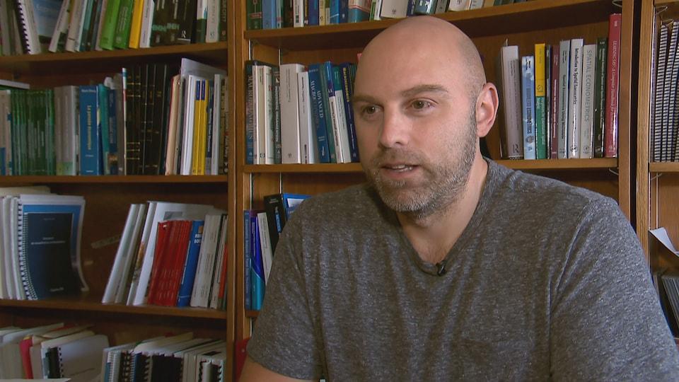 Jean Dubé accorde une entrevue à Radio-Canada dans son bureau à l'Université Laval.