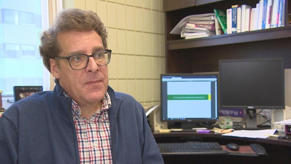 Jean Dufresne donne une entrevue dans son bureau.