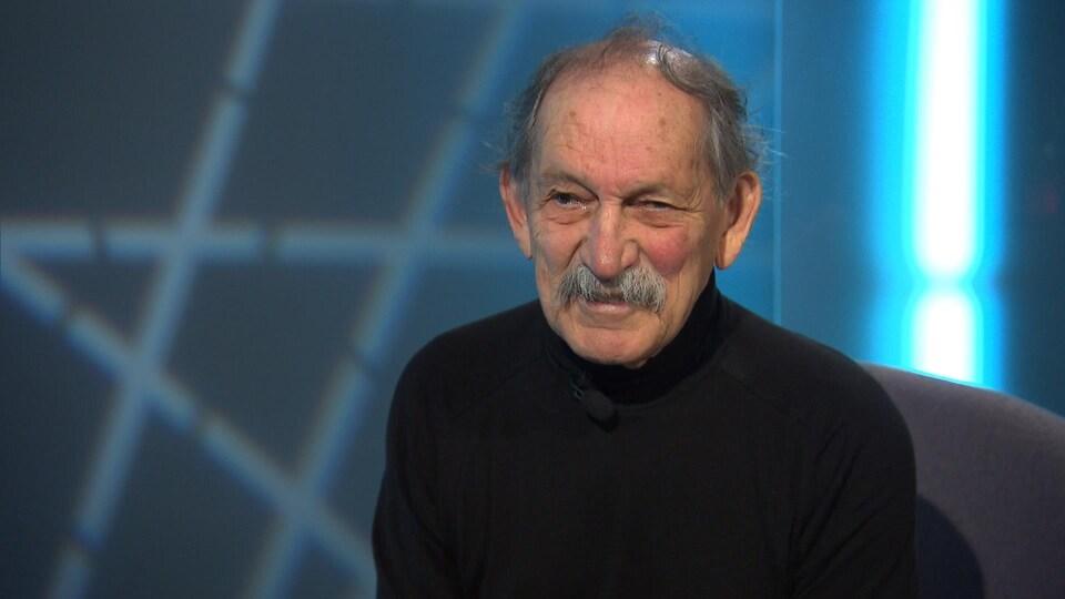 Jean Dumontier est en entrevue à la télé.