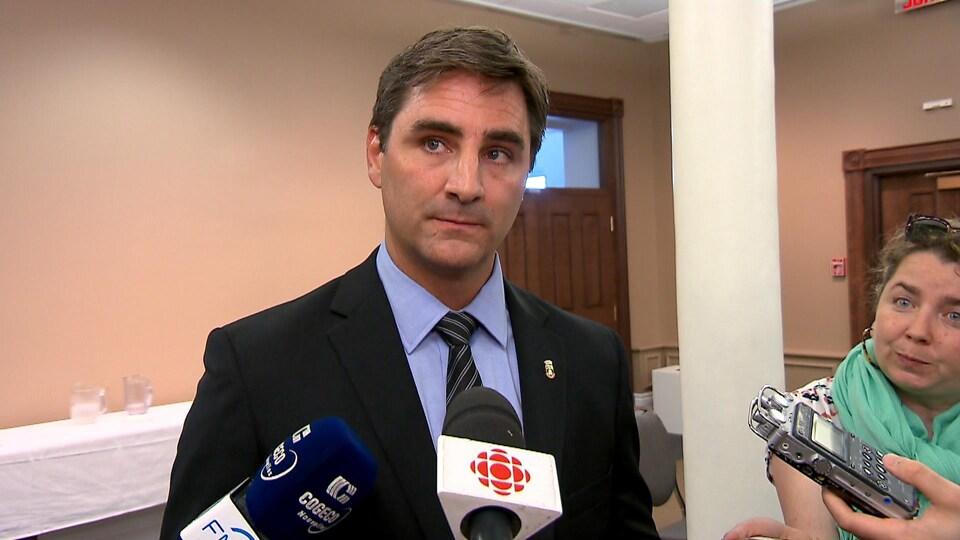 Jean-François Gosselin lors d'une mêlée de presse à l'hôtel de ville de Québec