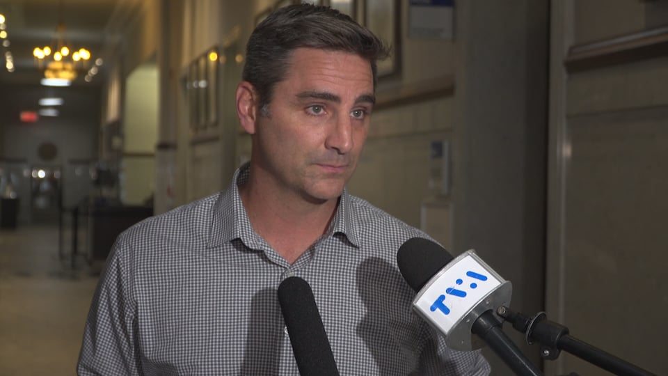 Jean-François Gosselin lors d'une mêlée de presse à l'intérieur des couloirs de l'hôtel de ville de Québec.
