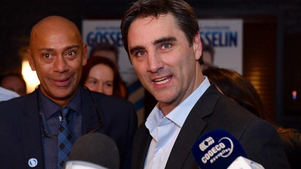 Le candidat à la mairie Jean-François Gosselin devant ses partisans.