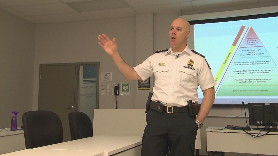 Le lieutenant Jean-François Vézina, du Service de police de la Ville de Québec, explique le processus de radicalisation