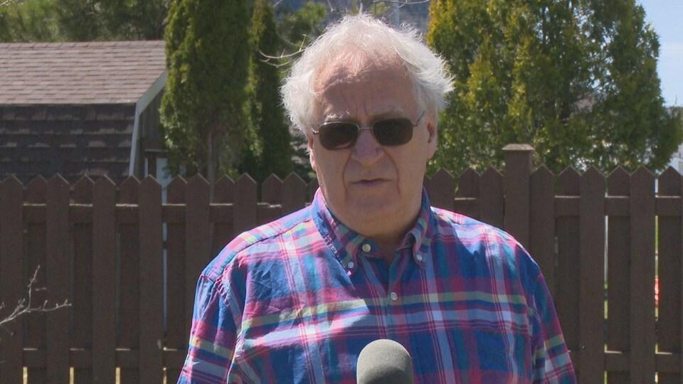 Jean-Guy Cormier en entrevue à l'extérieur.