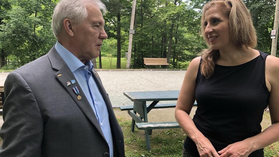 Jean-Guy Saint-Gelais, amie de Neil Armstrong, et Carla Oliveira, journaliste.