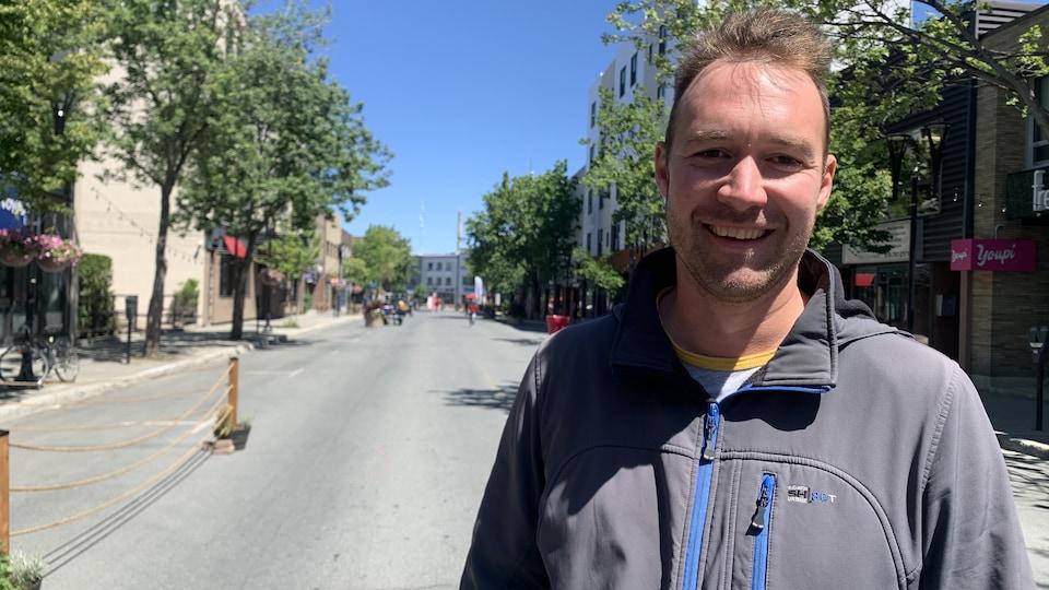 Jean-Marc Belzile sourit dans la zone piétonne aménagée au centre-ville de Rouyn-Noranda.