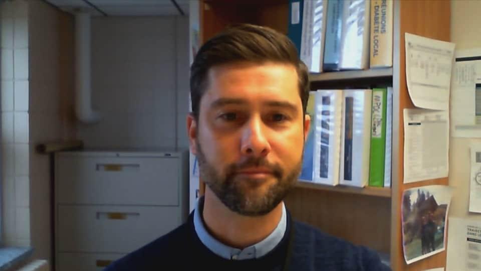 Jean Morneau accorde une entrevue par visioconférence depuis son bureau.