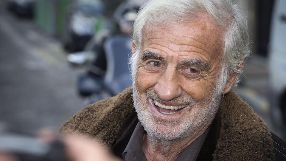 L'acteur sourit à la caméra.