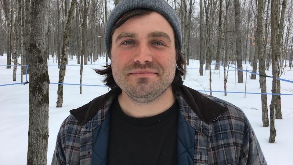 Homme dans les bois, en hiver
