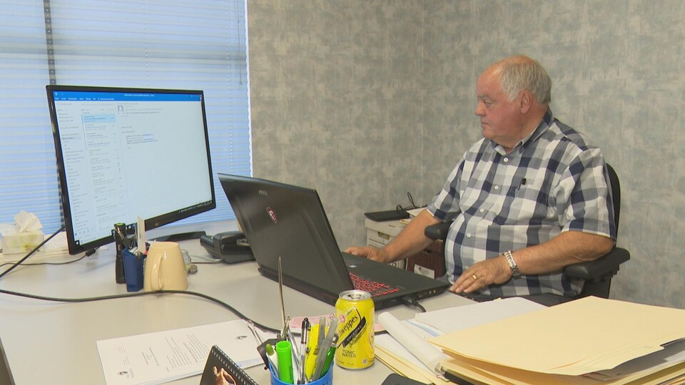 Jean-Pierre Ouellet devant son ordinateur.