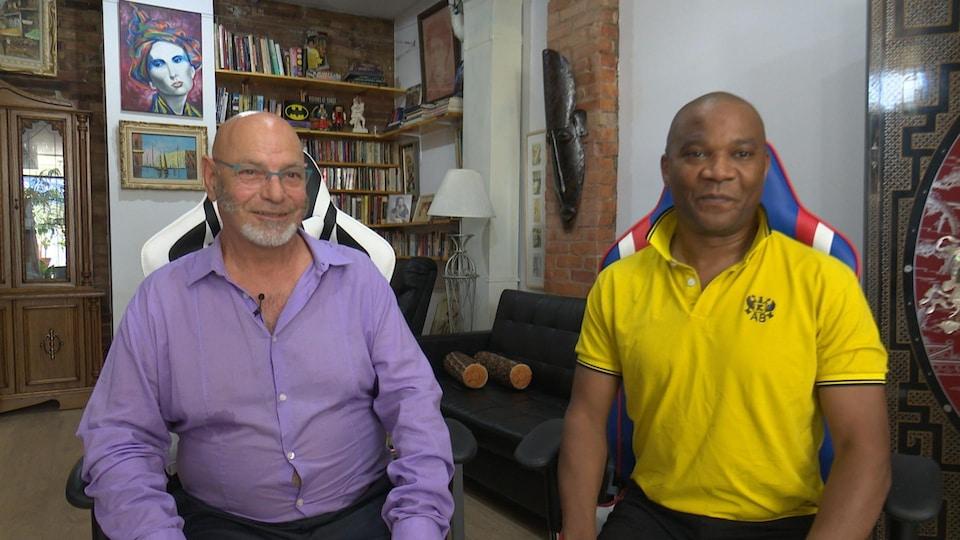 Deux hommes parlent à la caméra, en entrevue.