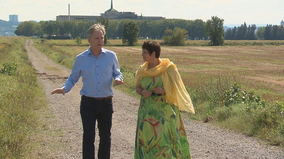 Le chef de Démocratie Québec, Jean Rousseau et sa candidate dans Robert-Giffard, Lyne Girard, marchent sur les terrains des Sœurs de la Charité.