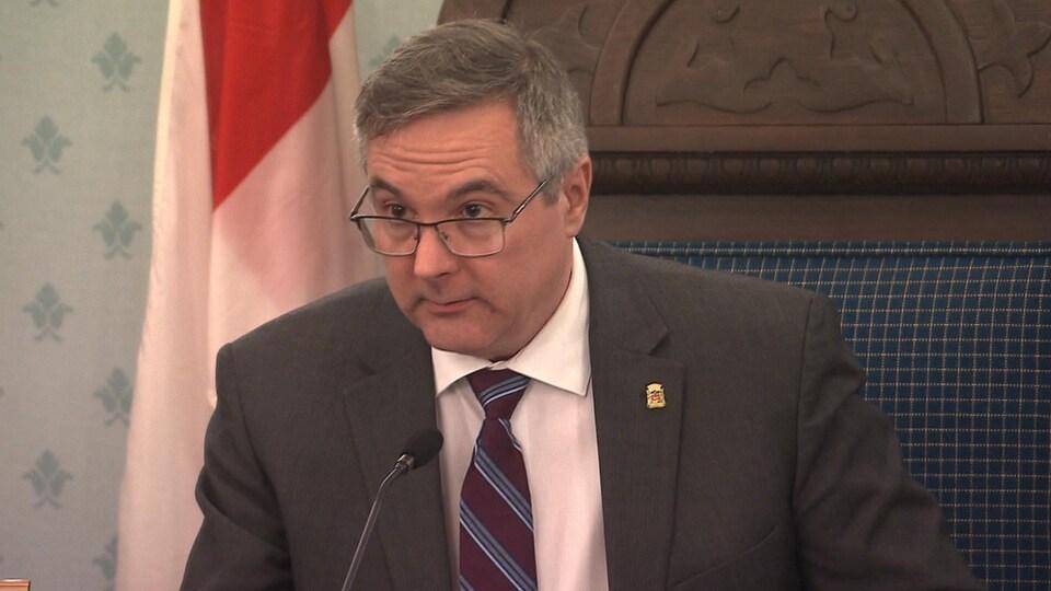 Le maire suppléant de Chambly répond à une question d'un citoyen.