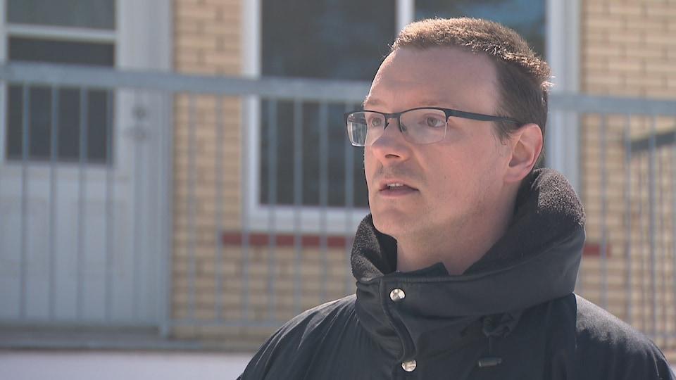 Jean-Sébastien Hébert, lors d'une entrevue à l'extérieur le 31 mars 2020 devant un immeuble à logements de Québec