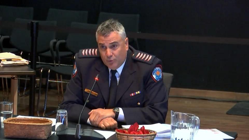 Un policier témoigne lors d'une commission d'enquête.