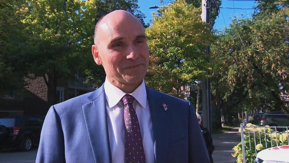 Jean-Yves Duclos accorde une entrevue à Radio-Canada à l'extérieur.