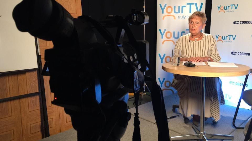 Jeanne Charlebois dans un studio de télévision.