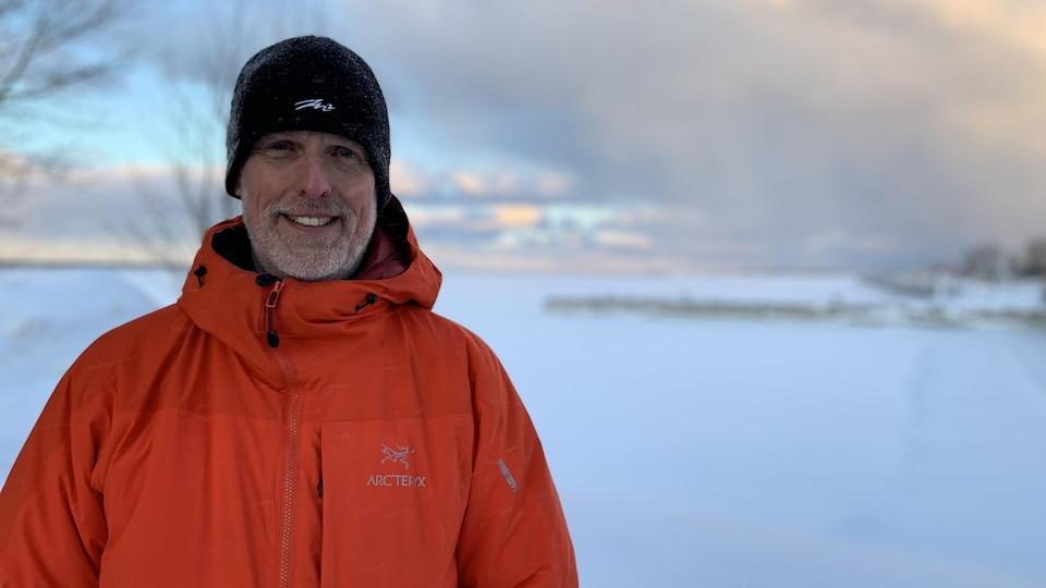 Portrait tout sourire de l'entraîneur rimouskois Jeannot Langlois en hiver.