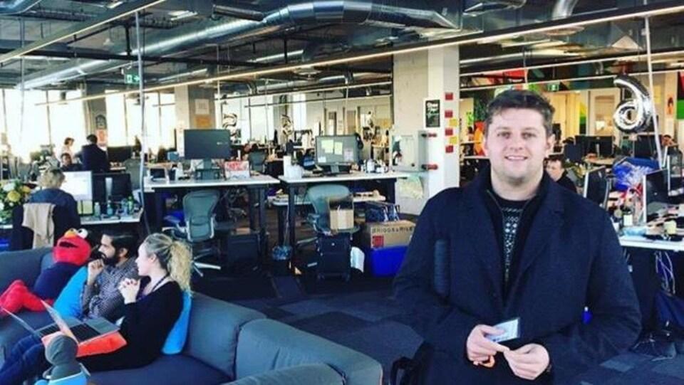 Jeff Ballingall pose dans un espace de bureaux.