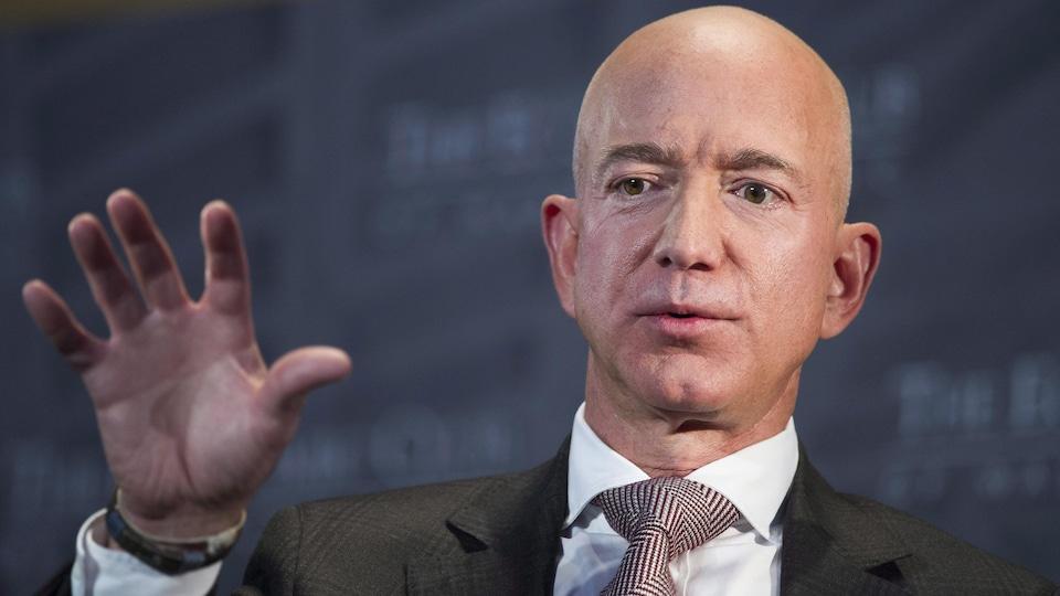 Visage en gros plan de Jeff Bezos.