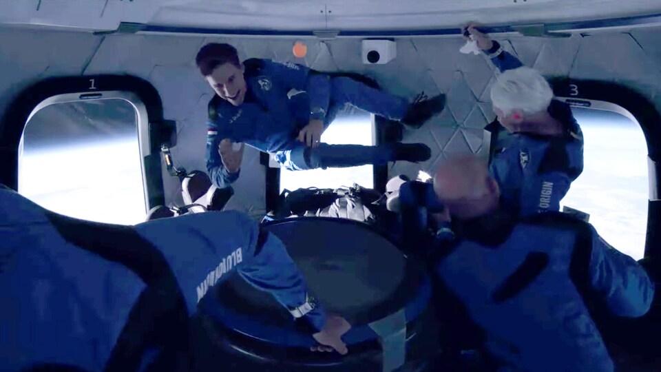 Les astronautes Oliver Daemen et Wally Funk flottent dans la capsule.