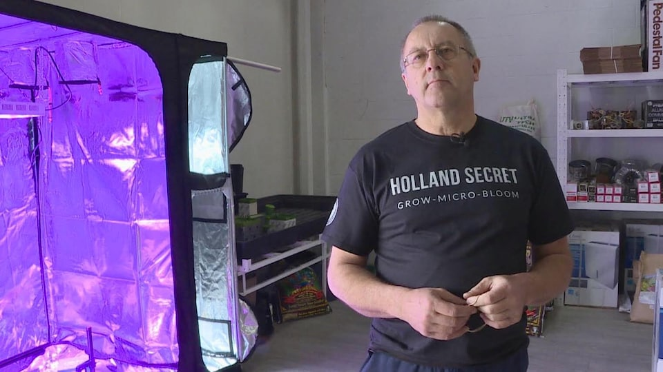 Jeff Bugera, cogérant de la boutique GrowPro, dans son magasin à côté d'une tente hermétique pour cultiver des plantes en intérieur.