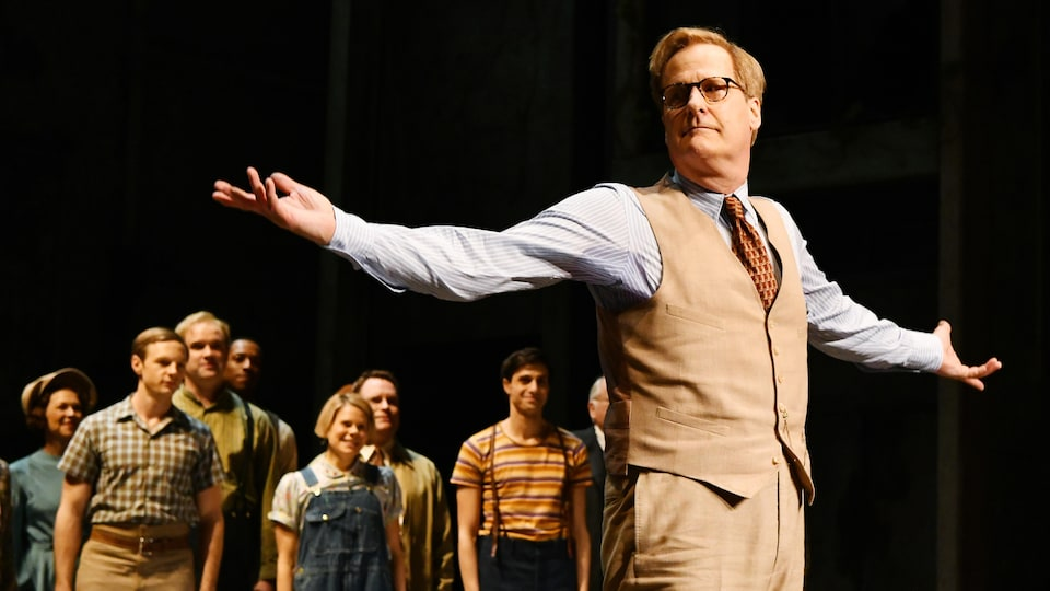 Jeff Daniels salue la foule après la première de «Ne tirez pas sur l'oiseau moqueur» à Broadway.