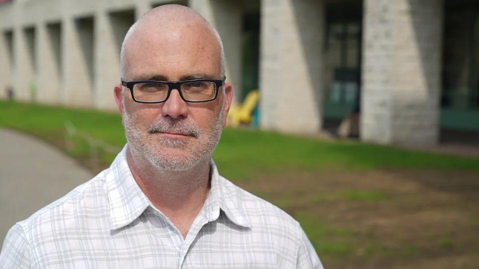 Jeff Leiper pose pour la caméra sur le terrain de l'Hôtel de Ville d'Ottawa.
