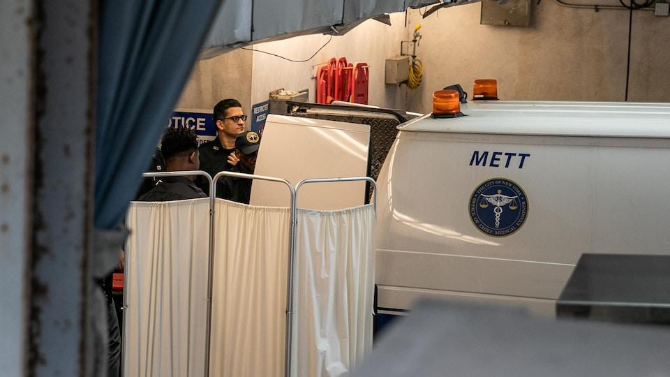 Une camionnette gardée par des policiers.