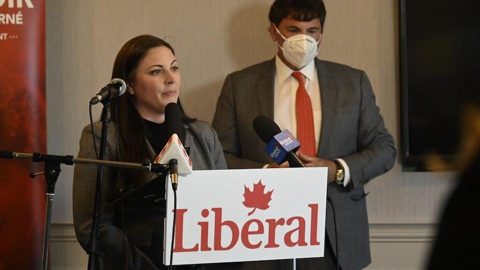 Mme Atwin en point de presse aux côtés de Dominic LeBlanc.