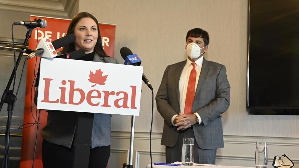 Un homme et une femme lors d'une conférence de presse.